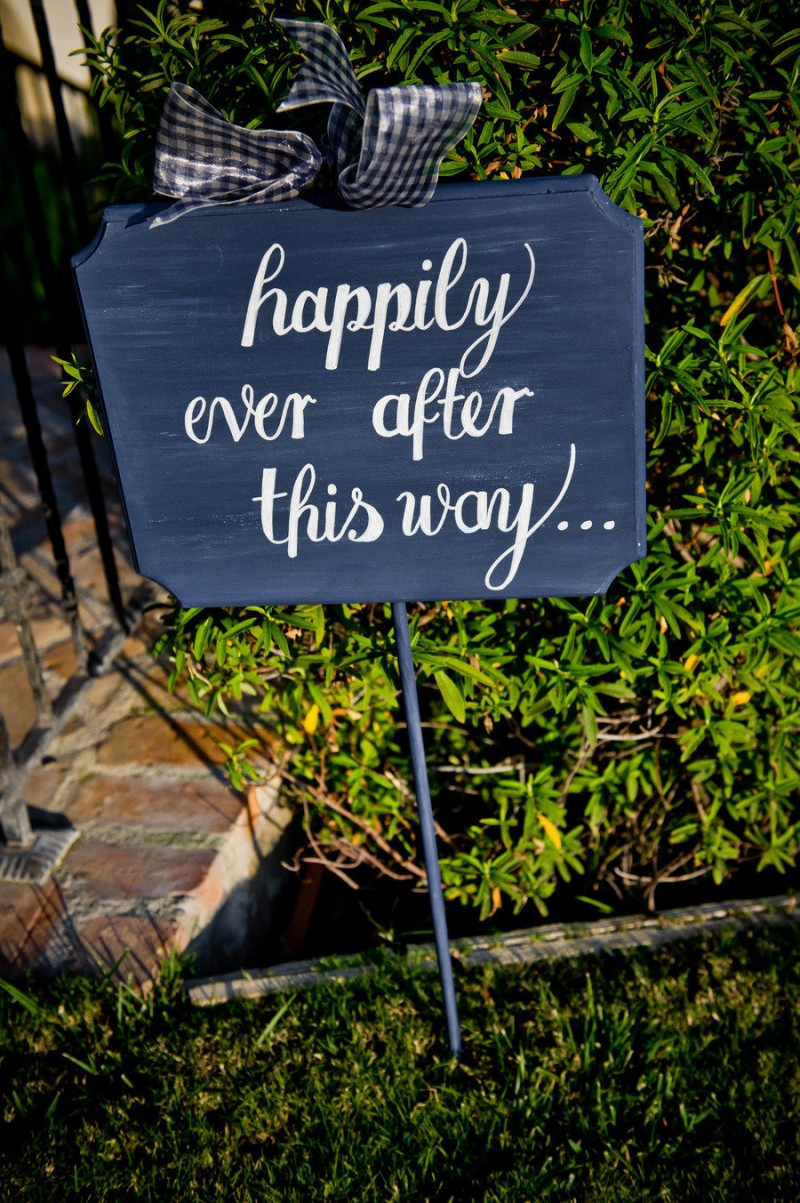 happily ever after this way sign - photo: true photography weddings | via https://emmalinebride.com/decor/navy-and-white-wedding-ideas/ | from 21 Navy and White Wedding Ideas