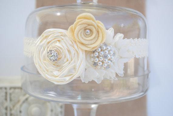 ivory garter with flowers via Where to Measure for a Garter from EmmalineBride.com