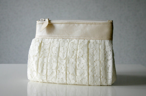 Lace Wedding Ideas - lace clutch purse (by Hello Violeta)