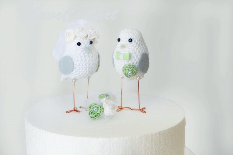 love birds cake toppers made of crochet | via https://emmalinebride.com/cake/bird-cake-toppers-crochet/