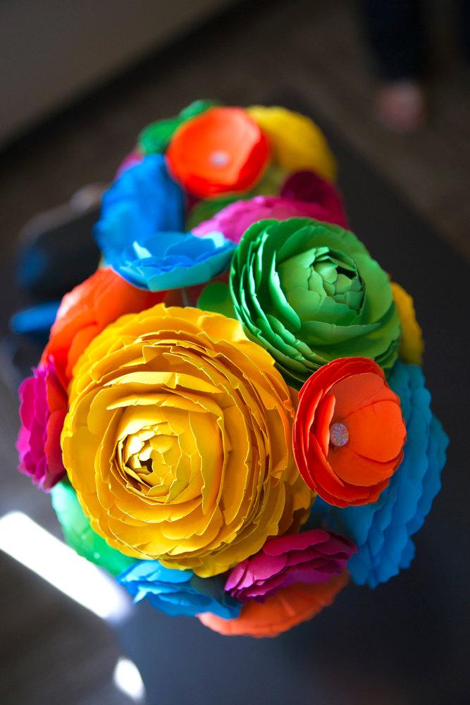 diy paper flower centerpiece | Best DIY Wedding Projects via https://emmalinebride.com/decor/best-wedding-diy-projects/