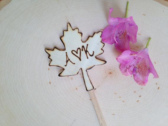 maple leaf cake topper | by Petite25 | via https://emmalinebride.com/fall/leaf-cake-topper-fall-weddings/