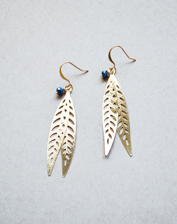 navy blue and gold earrings | via https://emmalinebride.com/decor/navy-and-white-wedding-ideas/ | via 21 Navy and White Wedding Ideas