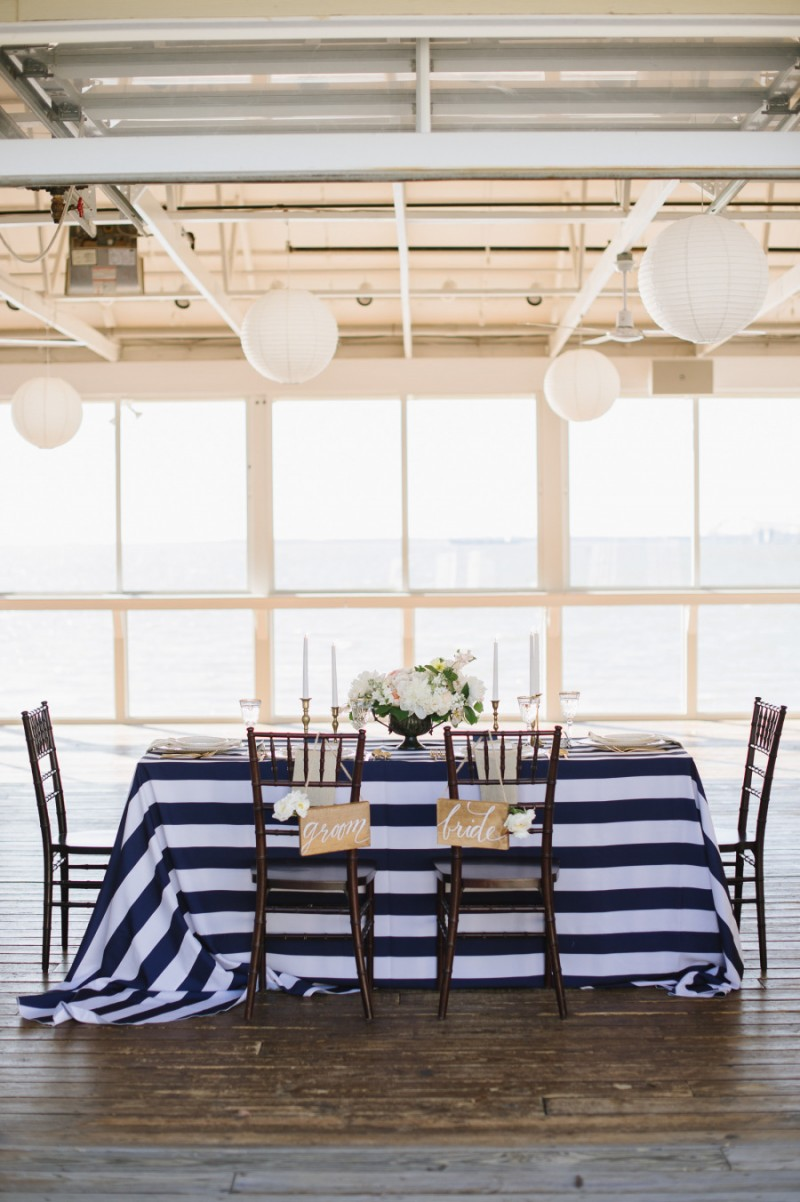 navy blue and white sweetheart table, photo: natalie franke | via https://emmalinebride.com/decor/navy-and-white-wedding-ideas/ | from 21 Navy and White Wedding Ideas