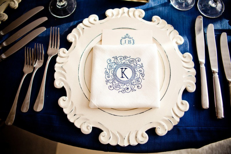 navy blue and white table setting idea - photo: true photography weddings | via https://emmalinebride.com/decor/navy-and-white-wedding-ideas/ | from 21 Navy and White Wedding Ideas