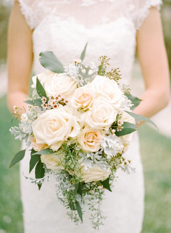 pale peach rose bouquet - photo: mariel hannah | rose bouquets weddings via https://emmalinebride.com/bouquets/rose-bouquets-weddings/