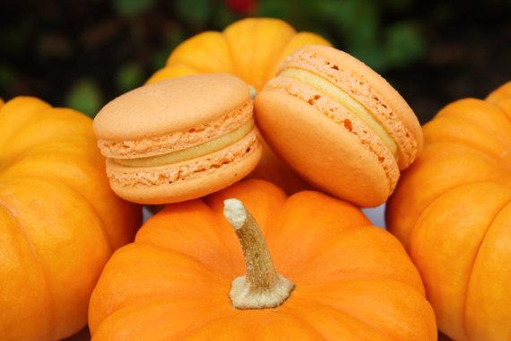 fall wedding favor ideas (pumpkin pie macaron by le bonbon la)