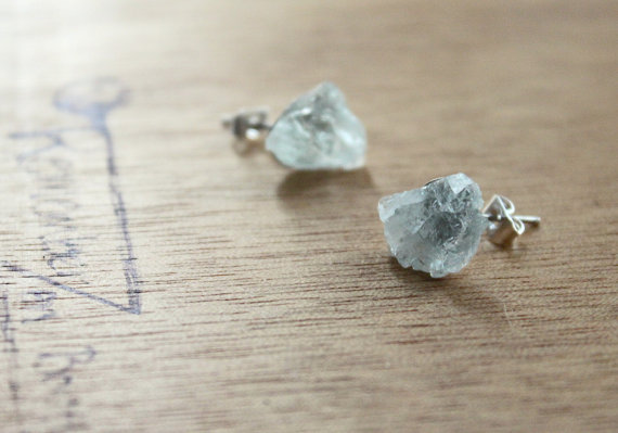 raw aquamarine earrings | via Best Aquamarine Jewelry Finds on Etsy - https://emmalinebride.com/bride/best-aquamarine-jewelry/