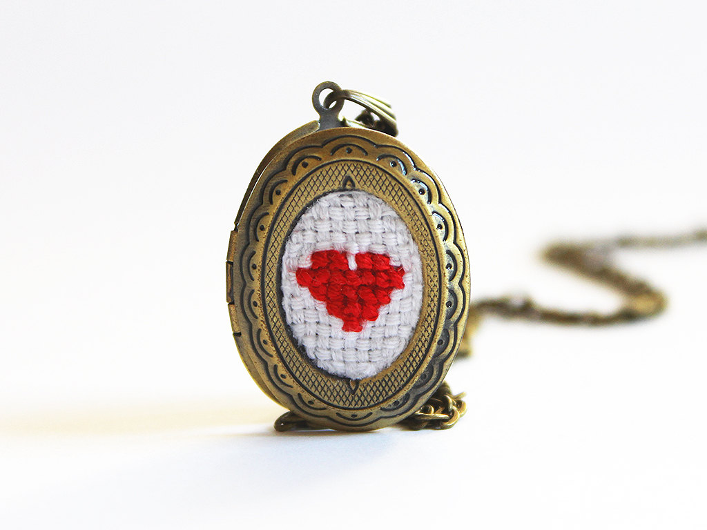 crocheted red heart locket by aristocrafts | via emmalinebride.com