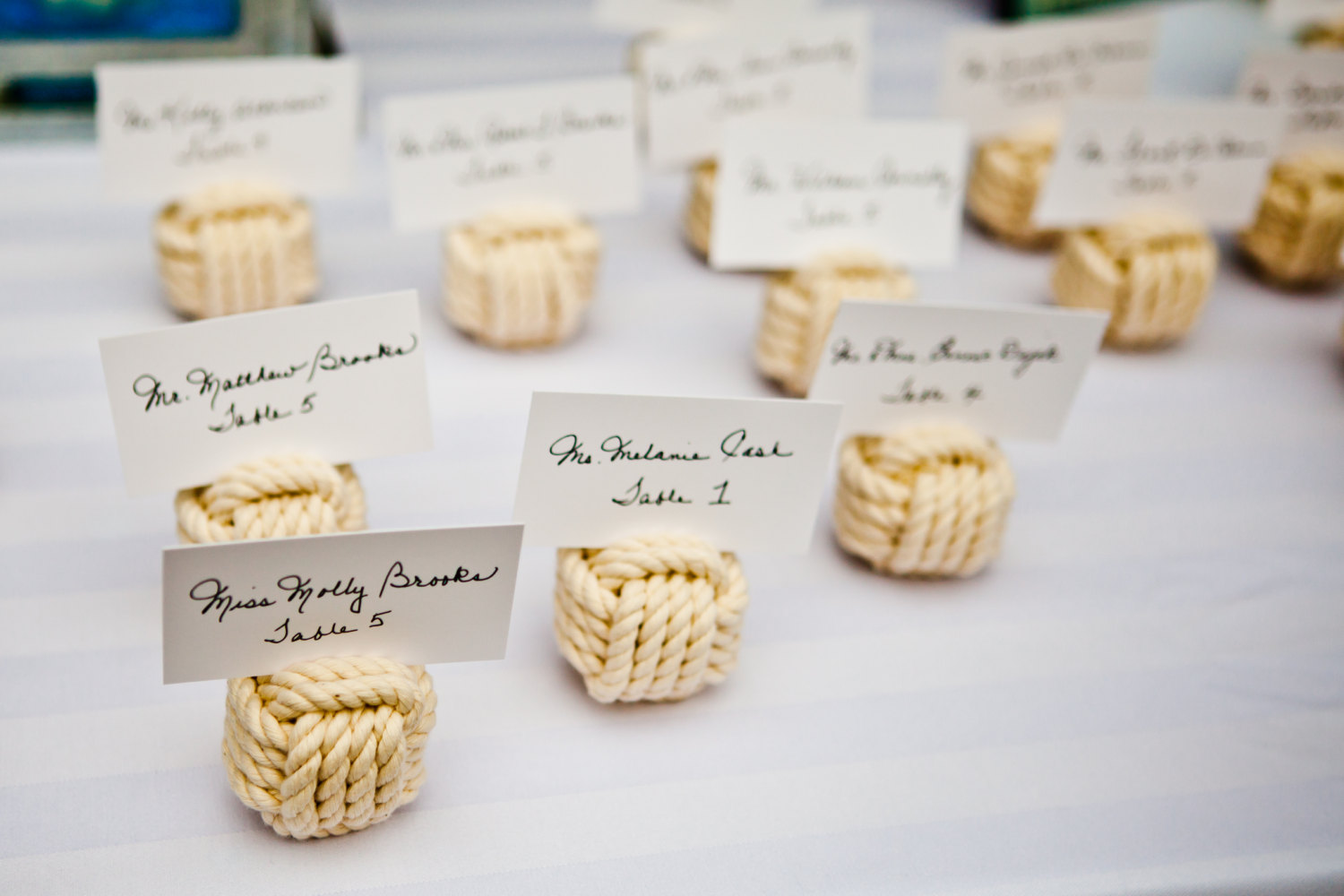 rope knot place card holders to decorate for beach wedding | via knotical hardware | via emmalinebride.com