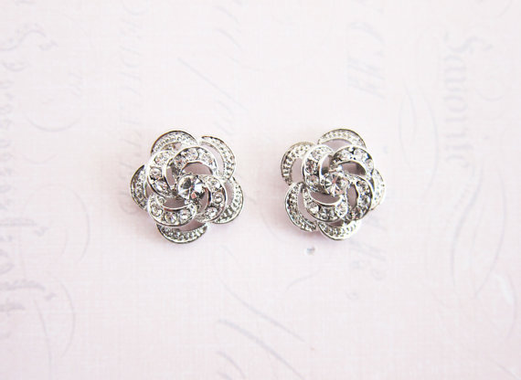 Flower shaped earrings | Vintage inspired bridal earrings | https://emmalinebride.com/bride/vintage-inspired-bridal-earrings