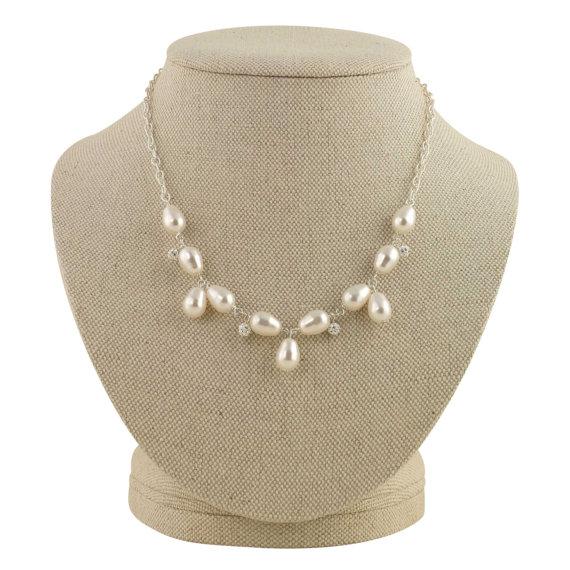 vintage inspired pearl necklace | pearl necklaces brides https://emmalinebride.com/bride/pearl-necklaces-brides/