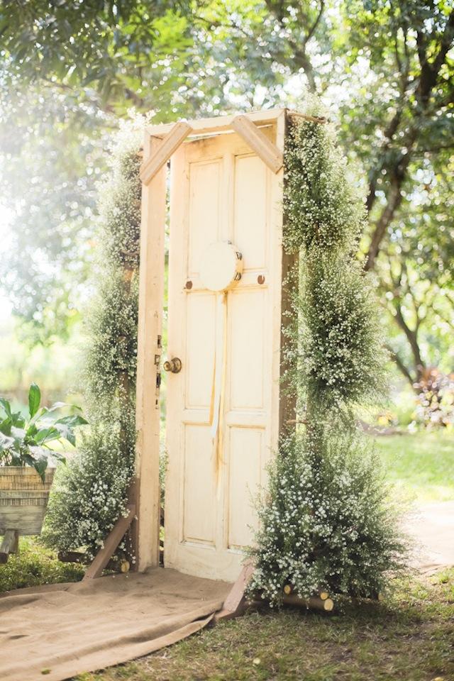 ceremony door backdrop | Ceremony Backdrops Doors | photo: J Lucas Reyes