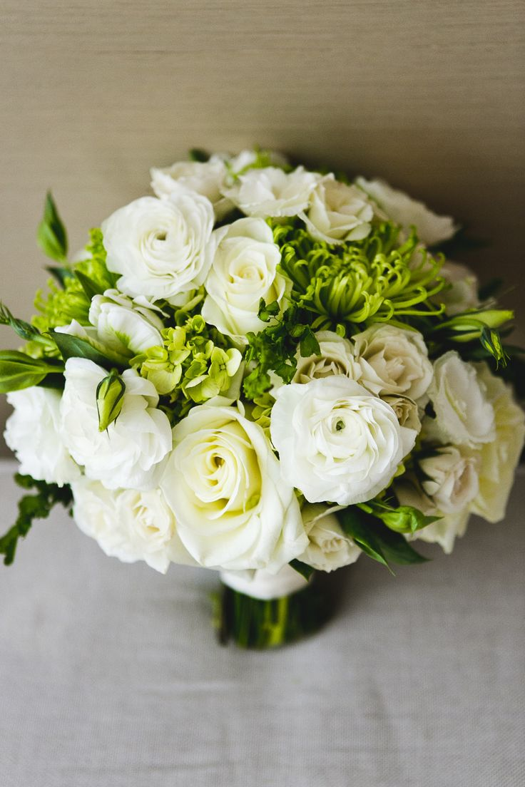 white rose bouquet with greenery - photo: jpp studios | rose bouquets weddings via https://emmalinebride.com/bouquets/rose-bouquets-weddings/