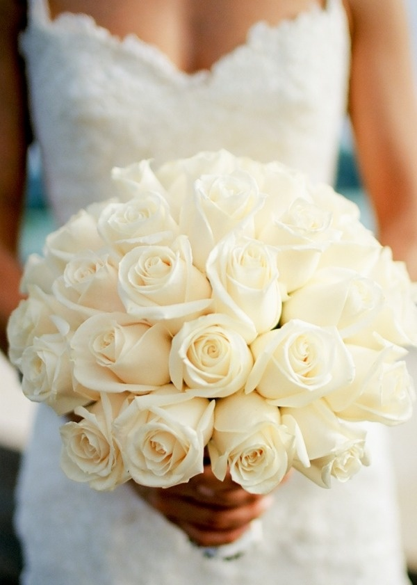 white rose wedding bouquet - photo: kjrsten madsen photography | rose bouquets weddings via https://emmalinebride.com/bouquets/rose-bouquets-weddings/
