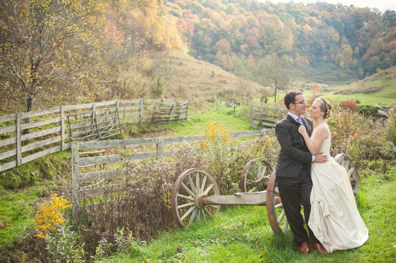 Rustic Mountain Wedding | Photographer: YouAreRaven | via https://emmalinebride.com/real-weddings/rustic-mountain-wedding-caroline-alex