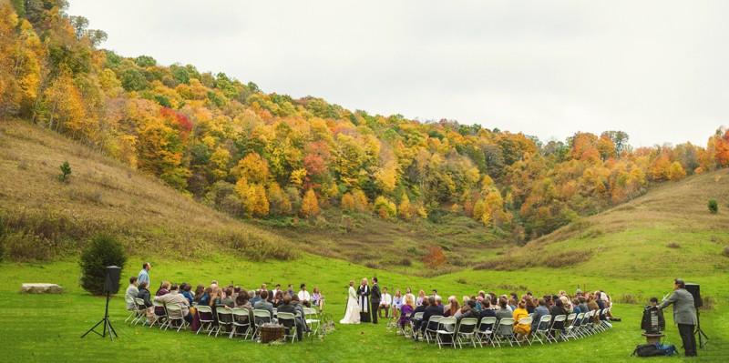 Rustic Mountain Wedding | Photographer: YouAreRaven | via https://emmalinebride.com/real-weddings/rustic-mountain-wedding-caroline-alex